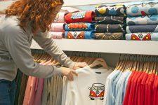 Madre en una tienda de ropa infantil