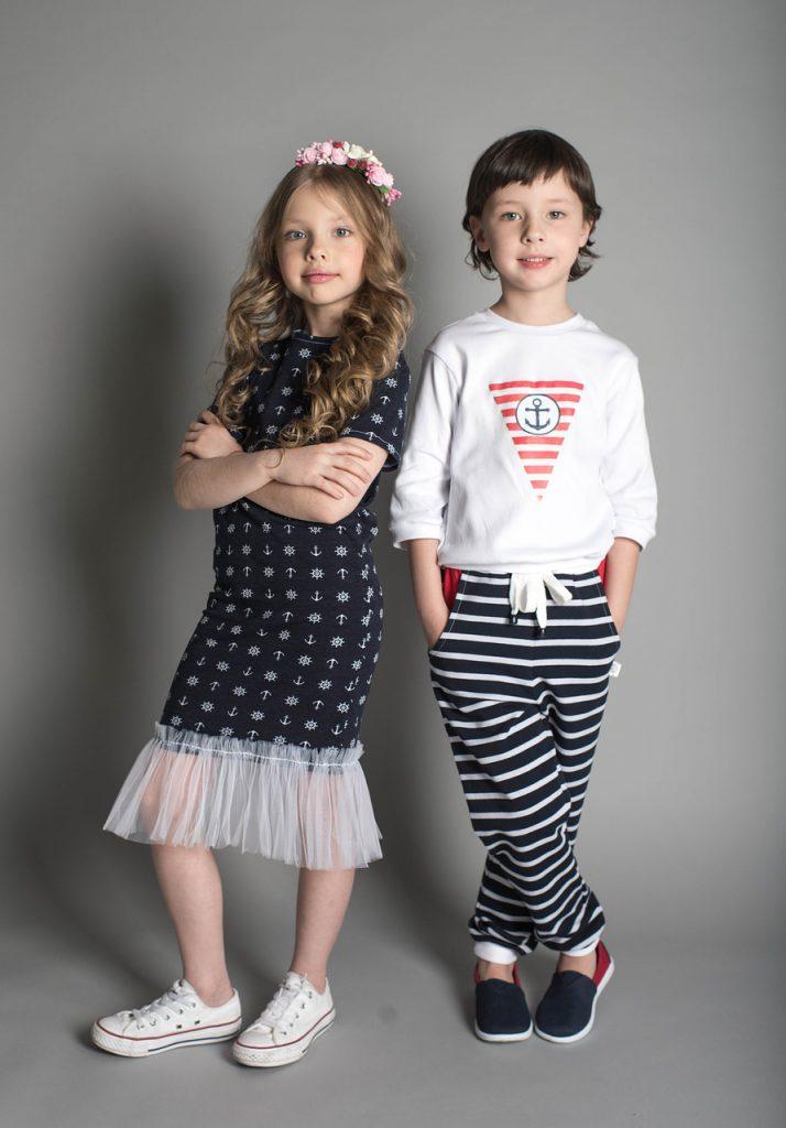 Niños posando con ropa de moda infantil