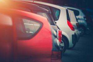 aparcamiento con coches.